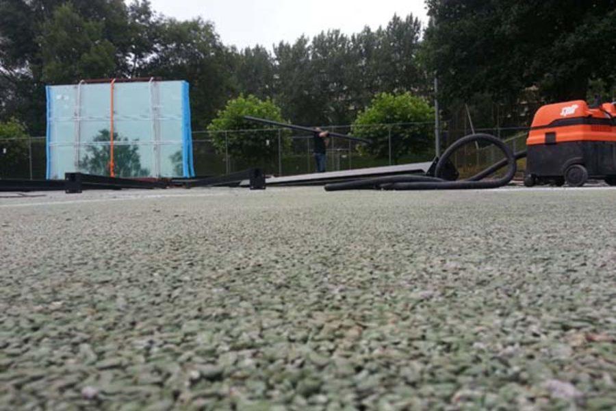 De opbouw van de padelbanen is begonnen.